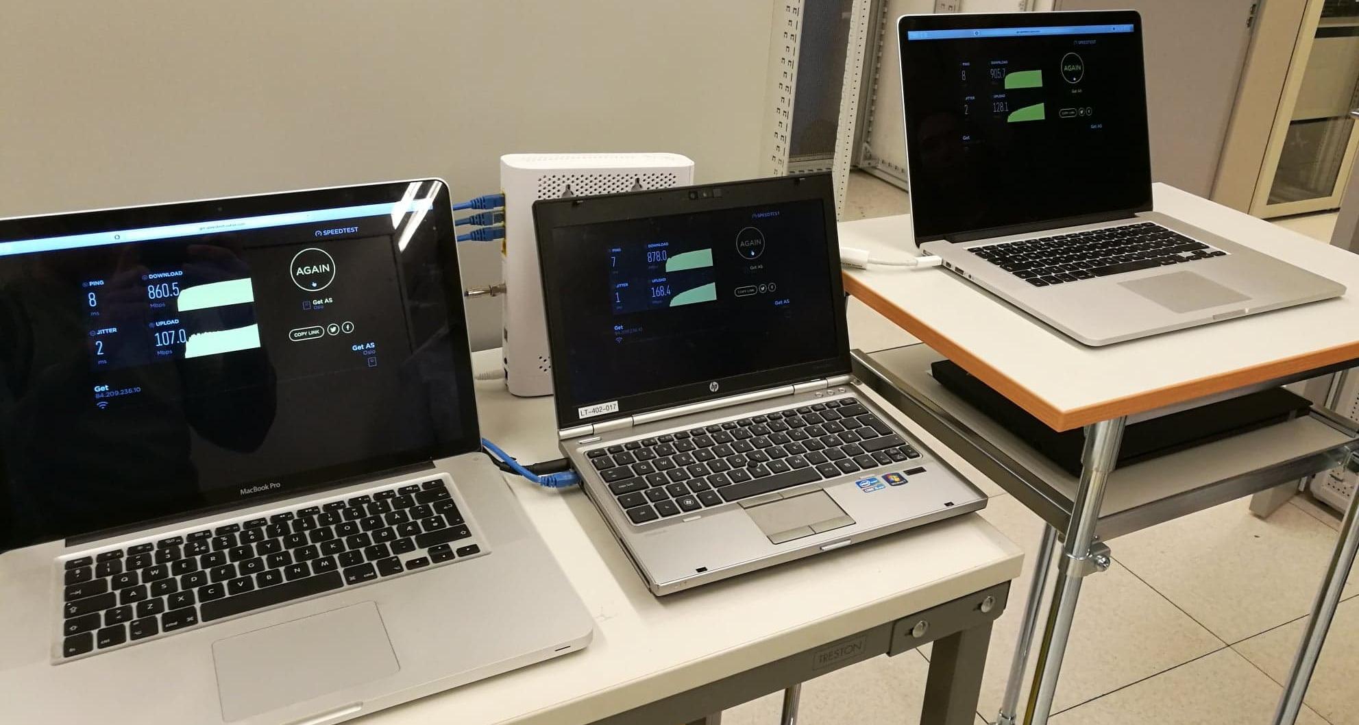 Tre maskiner midt i testingen på laben i kjelleren hos Get