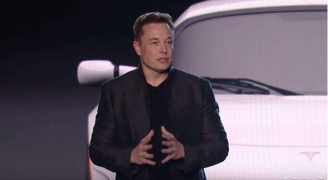 Elon Musk og Tesla er i hardt vær for tiden.