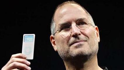 Sjefen for iTunes er ikke interessert i å betale artistene mer, da må de stenge mener han. Her viser Jobs frem en eldre iPod Nano.