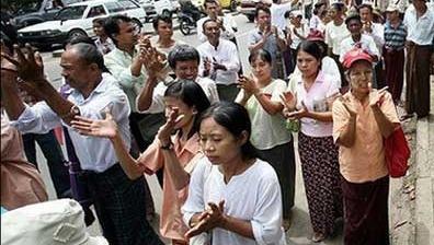 Bilder som dette slipper fortsat ut av Burma. Takket være modige bloggere inne i landet.