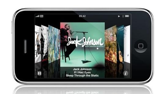 Sikkerhetsekspert Charlie Miller kritiserer Apple for å være trege til å tette hull i MacOS til iPhone.