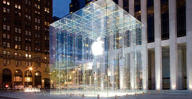 Personalet i Apple-butikker over hele verden mines Steve Jobs i dag. Her avdelingen på 5th Avenue i New York.