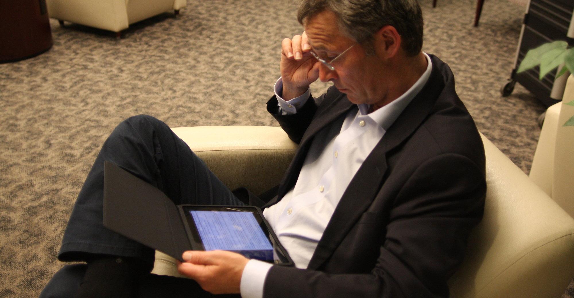 Kan iPad hjelpe deg å gjøre en bedre jobb? Her statsminister Jens Stoltenberg under en pause på flyplassen i New York i april i år.