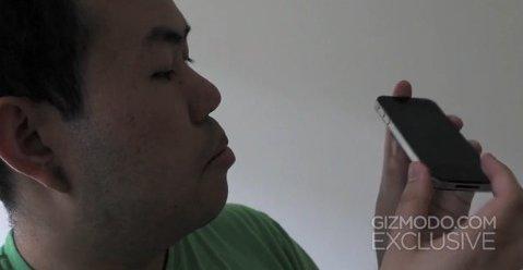 Jason Chen fra Gizmodo viser frem Apples nye iPhone. En mobil en anonym person fant i en bar i Redwood City, California.