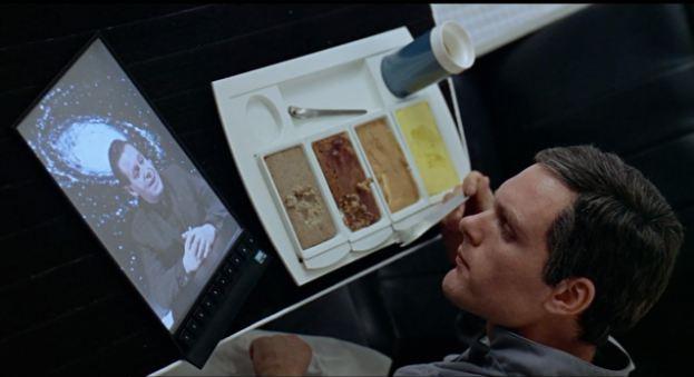 Skuespilleren Keir Dullea snakker med sin overordnede på Jorden fra romfartøyet i 2001: En romodyssé - for 43 år siden...