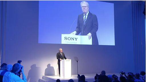 """Sony-sjefen Sir Howard Stringer vil helt klart prøve å """"ta"""" Apple i tiden som kommer."""