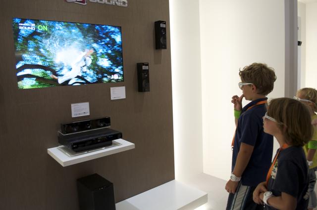 Disse barna lot seg imponere av LGs realistiske 3D - som bare trenger et par enkel, billige briller uten elektronisk hjelp.