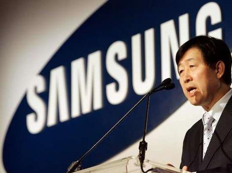 Samsungs toppsjef Gee Sung Choi deltar i  sorgen over Steve Jobs bortgang.