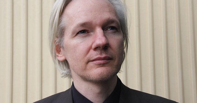 Wikileaks-sjef Julian Assange hevder iTunes har en bakdør som gjør det mulig for overvåkningsselskap å se hva du gjør på maskinen din.