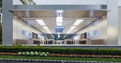 Den 83 år gamle damen brakk nesa i et ublidt møte med denne glassveggen i Apple Store i Manhasset utenfor New York.