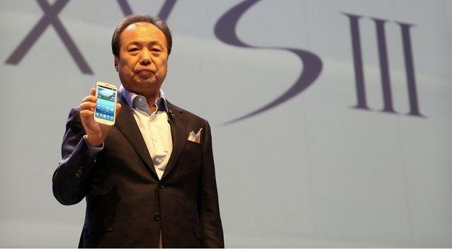 Samsung-sjefen JK Shin under lanseringen av den opprinnelige S III i våres. Nå kommer en mini-utgave med fire tommers skjerm.