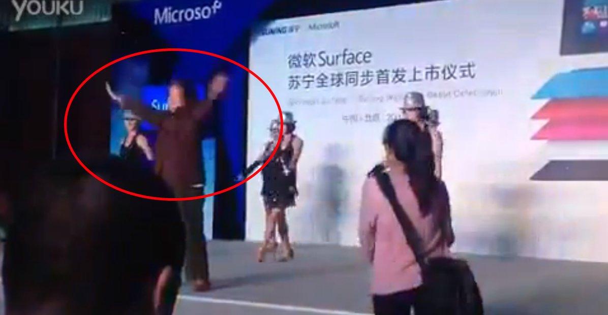 Besta hadde ikke noe lyst til å feste med Microsoft, og gjør klare armbevegelser i et forsøk på å stoppe festen.