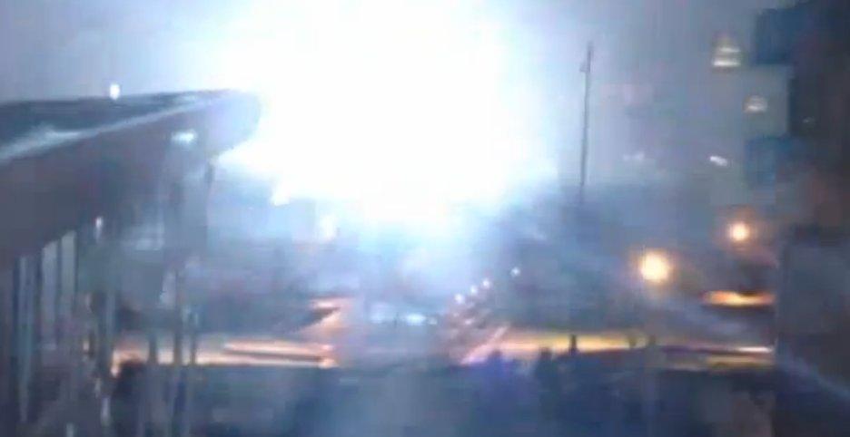 I dette klippet sees eksplosjonen som forårsaker nedetid for Gawkers nettsider.