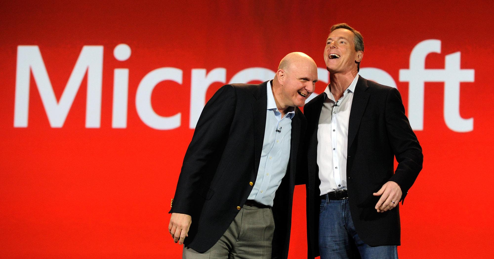 Microsofts toppsjef Steve Ballmer sammen med Qualcomm-sjefen Paul Jacobs under sistnevntes åpningstale på CES.