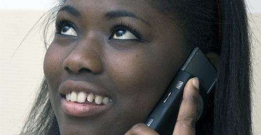 Nigeriansk presse og opposisjon raser mot at regjeringen vil dele ut 10 millioner gratis mobiltelefoner.