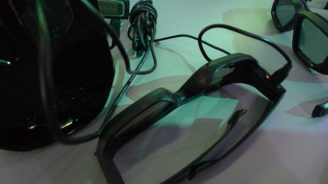 Brillene lades via mini USB.