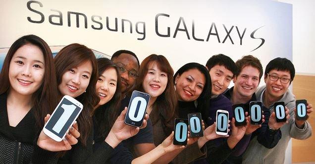 Samsung-ansatte viser stolt fram det magiske tallet - 100 millioner solgte av S-telefonene.