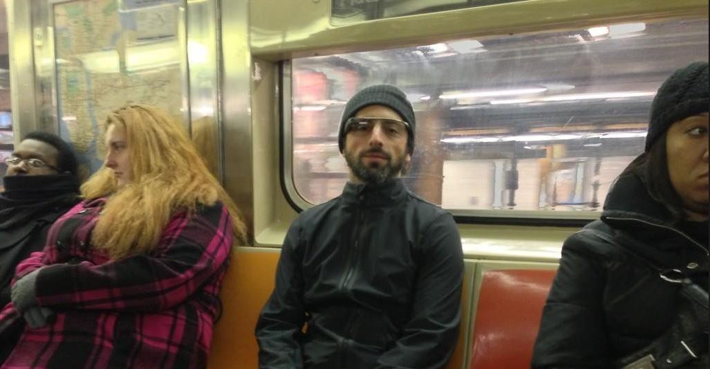 Dette bildet ble tatt på t-banen i New York nylig, da Google-sjefen Sergey Brin testet de nye brillene.